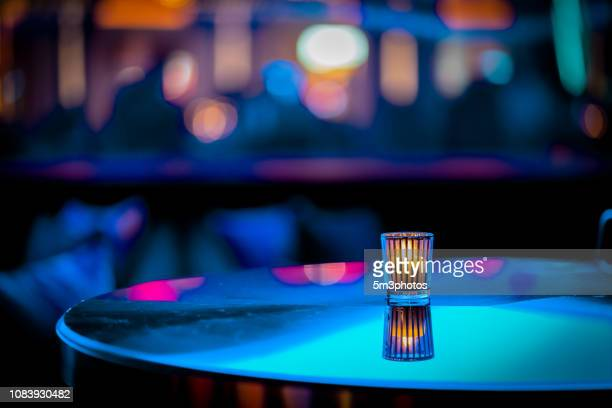 nightclub bar scene of abstract nightlife with candle and table at restaurant - comptoir de bar photos et images de collection
