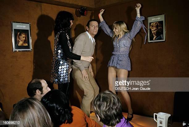 Nightclubs And Cabarets In Paris A Paris en février 1970 dans un cabaret ou une boîte de nuit Annie PHILIPE bras en l'air vêtue d'une robe courte à...