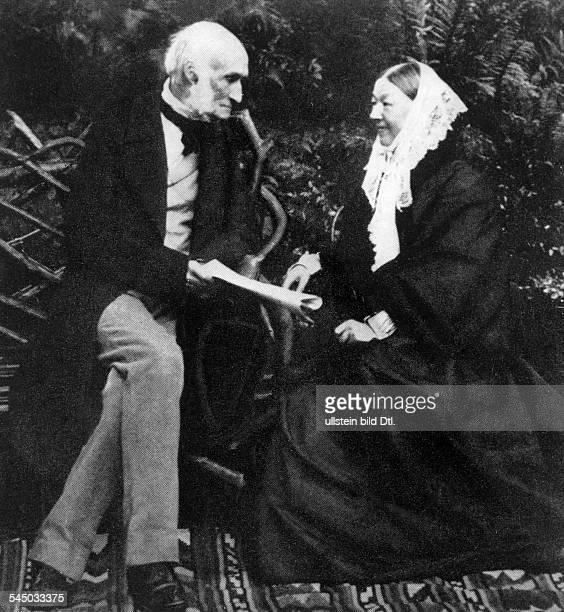 Nightingale Florence *12051820Krankenschwester Statistikerin GBPionierin der modernen Krankenpflege mit Sir Harry Verney auf dem Rasenplatz von...
