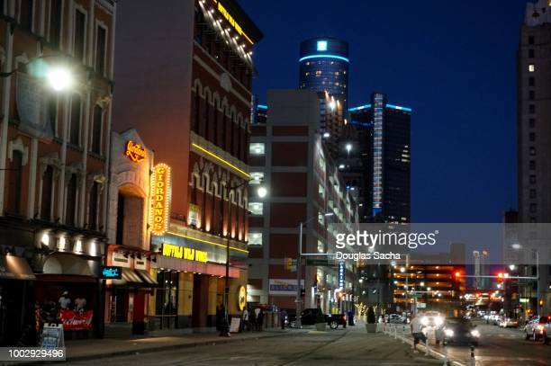 nightlife activity on the busy downtown city street - detroit michigan stock-fotos und bilder