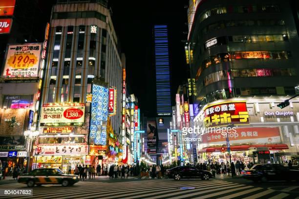 nightlife at central road (中央通り) connecting to shinjuku toho building (新宿東宝ビル) in kabukicho (歌舞伎町),  shinjuku (新宿), tokyo (東京) japan - shinjuku stockfoto's en -beelden