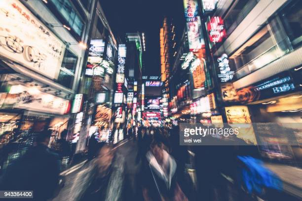 nightlife in shinjuku. shinjuku is one of tokyo's business districts with many international corporate headquarters located here. it is also a famous entertainment area in tokyo, japan. - 歓楽街 ストックフォトと画像