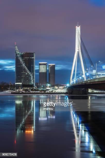 Vue nocturne sur le pont suspendu à Riga