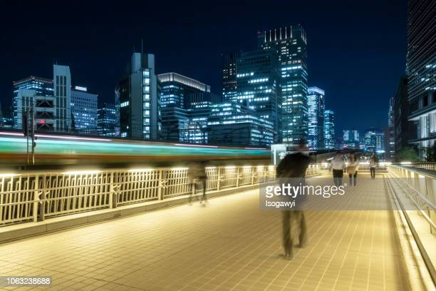 nightscape of tokyo city and walking persons - isogawyi ストックフォトと画像