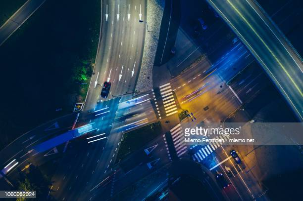 nighttime aerial of a road intersection with motion-blurred traffic - helsinki stockfoto's en -beelden