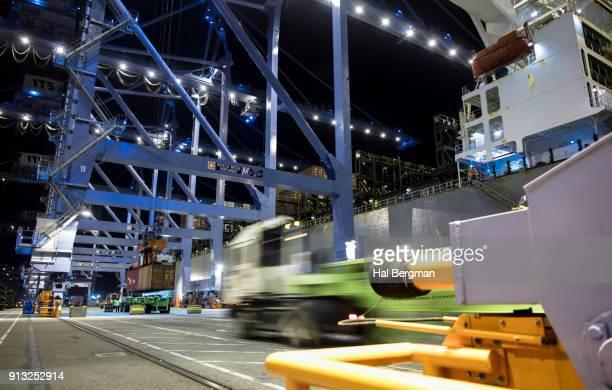 nighttime unloading of container ship - industriële apparatuur stockfoto's en -beelden