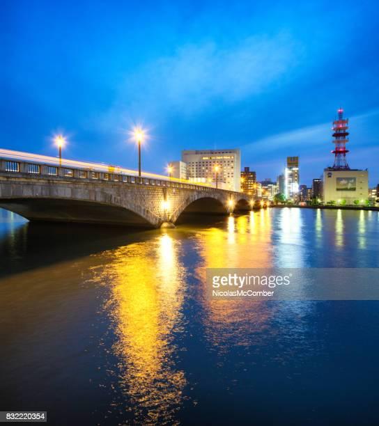 夕暮れ時に新潟万代橋川と通信タワー
