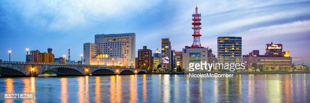 夕暮れの川および通信塔と新潟中央区全景