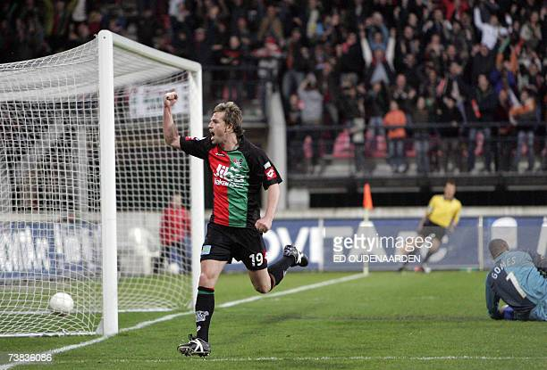 Nijmegen, NETHERLANDS: NEC Nijmegen's striker Brett Holman celebrates his goal past PSV's Brazilian goalkeeper Gomez during their Dutch competition...