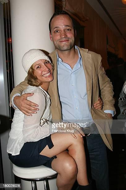 Niki Greb Mit Ehemann Beim Dachterrassenfest Von Der Produktionsfirma Mme In Berlin Am 260806 .