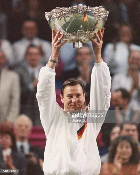 Niki Pilic deutscher Daviscup Teamchef beim Finale Deutschland Schweden am Mit beiden Armen hebt er den gewonnenen Daviscup in die Höhe in dem sich...
