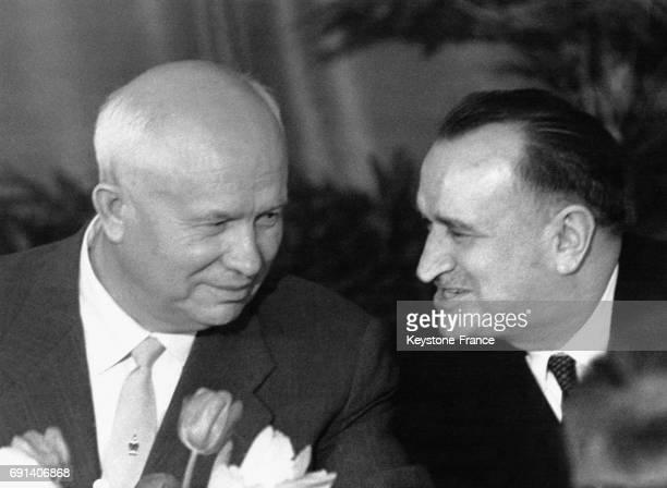 Nikita Khrouchtchev invité d'honneur du déjeuner de la presse diplomatique s'entretient avec l'ambassadeur de France en URSS Maurice Dejean