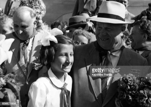 Nikita Khrouchtchev photographié avec une jeune fille bulgare dans un  village de Bulgarie le 24 mai d311344b50c