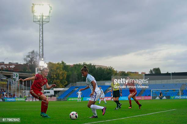 Nikita Parris of England competes for the ball with Irene Paredes of Spain during the International Friendly match between Spain and England Women...