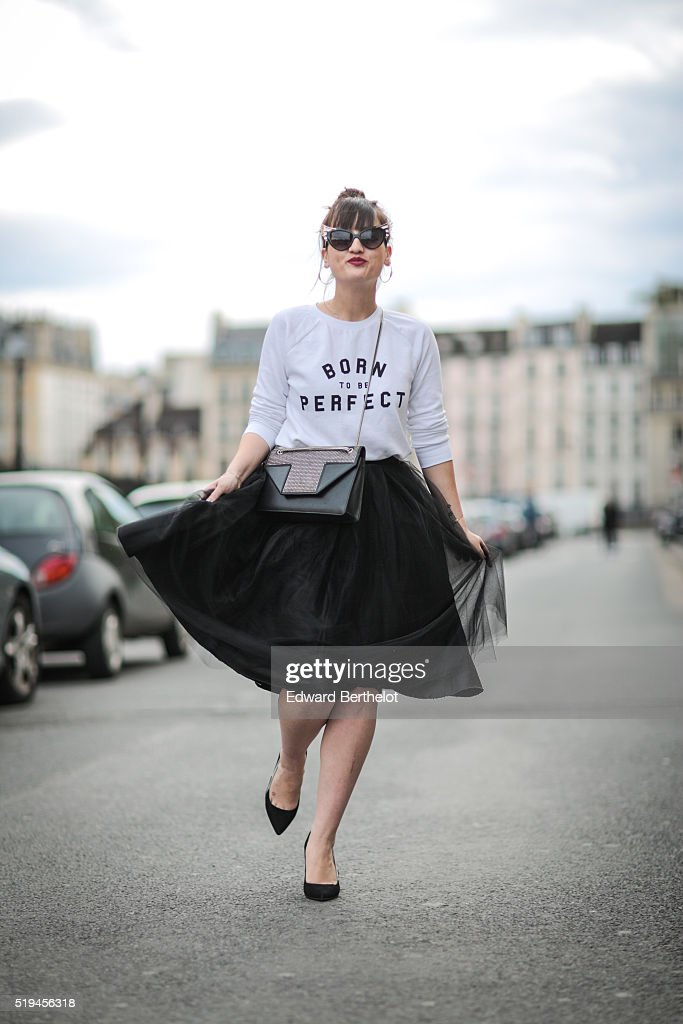 Street Style - Paris - April 2016 : News Photo