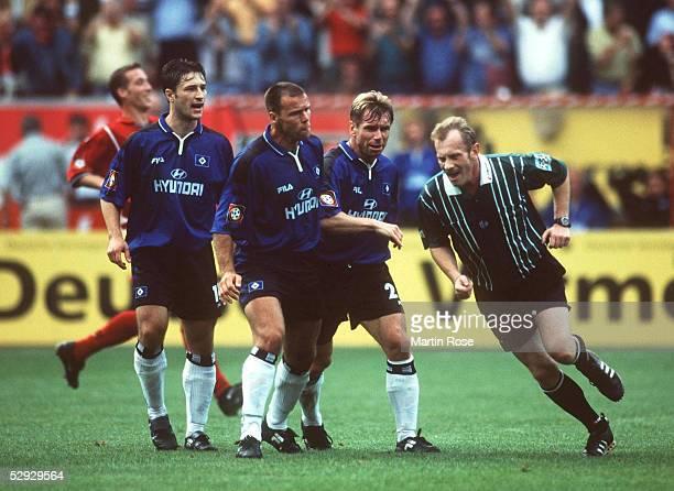 0 Niko KOVAC NicoJan HOOGMA Bernd HOLLERBACH/HSV beschweren sich bei Schiedsrichter Winfried BUCHHART
