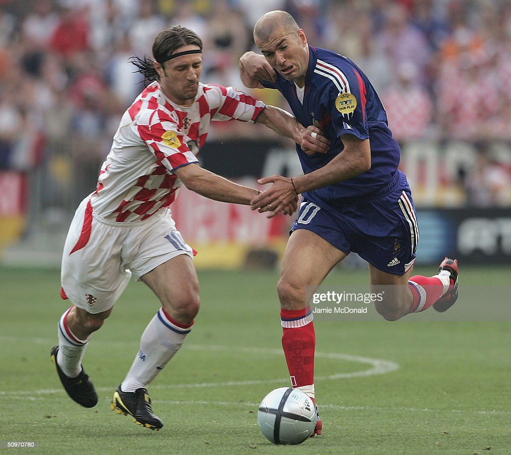Niko Kovac of Croatia clashes with Zinedine Zidane of France during the UEFA Euro 2004, Group B match between Croatia and France at the Dr Magalhaes Pessoa Stadium on June 17, 2004 in Leiria, Portugal.