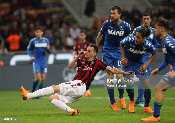 Nikola Kalinic of AC Milan scores his goal during the serie A match between AC Milan and US Sassuolo at Stadio Giuseppe Meazza on April 8, 2018 in...