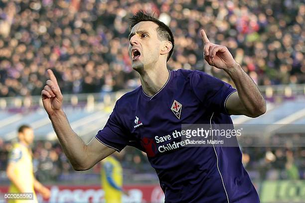 Nikola Kalinic of ACF Fiorentina celebrates after scoring a goal during the Serie A match between ACF Fiorentina and AC Chievo Verona at Stadio...