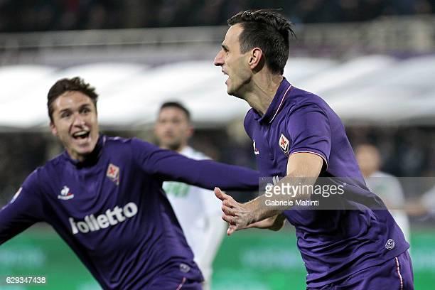 Nikola Kalinic of ACF Fiorentina celebrates after scoring a goal during the Serie A match between ACF Fiorentina and US Sassuolo at Stadio Artemio...