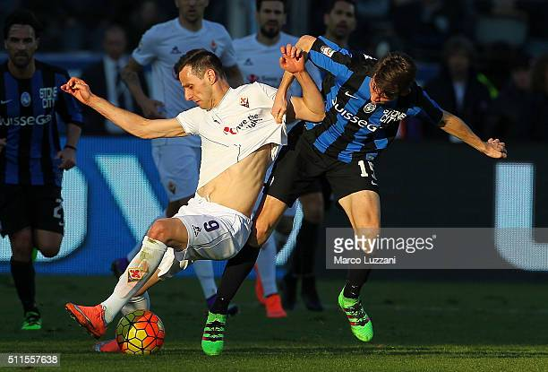 Nikola Kalinic of ACF Fiorentina competes for the ball with Marten De Roon of Atalanta BC during the Serie A match between Atalanta BC and ACF...