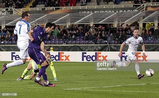 Nikola Kalinic of ACF Fiorentina scores a goal during the UEFA Europa League match between ACF Fiorentina and FC Slovan Liberec at Artemio Franchi on...