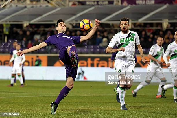 Nikola Kalinic of ACF Fiorentina scores the opening goal during the Serie A match between ACF Fiorentina and US Sassuolo at Stadio Artemio Franchi on...