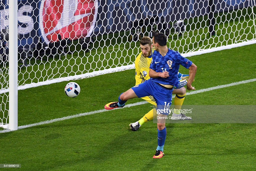 Nikola Kalinic of Croatia scores his team's first goal past David de Gea of Spain during the UEFA EURO 2016 Group D match between Croatia and Spain at Stade Matmut Atlantique on June 21, 2016 in Bordeaux, France.