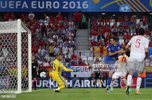 Nikola Kalinic of Croatia scores his team's first goal past David de Gea of Spain during the UEFA EURO 2016 Group D match between Croatia and Spain...