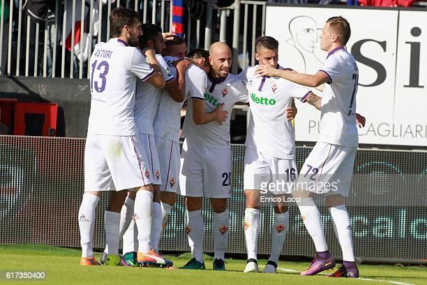 Nikola Kalinic of Fiorentina celebrates his goal with teammates during the Serie A match between Cagliari Calcio and ACF Fiorentina at Stadio...