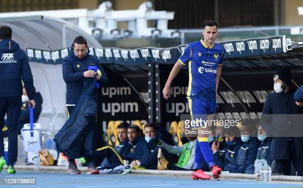 Nikola Kalinic of Hellas Verona reacts in pain after being subbed due to injury during the Serie A match between Hellas Verona FC and US Sassuolo at...