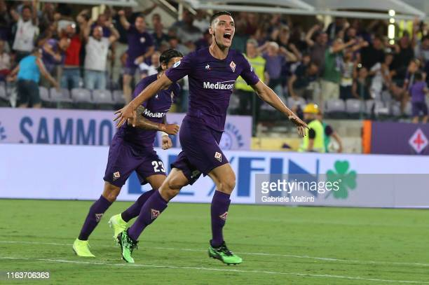 Nikola Milenkovic of ACF Fiorentina celebrates after scoring the equalizing goal during the Serie A match between ACF Fiorentina and SSC Napoli at...