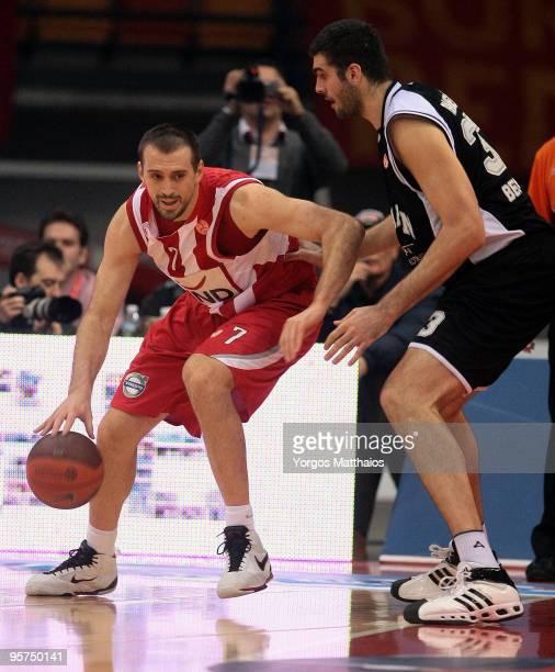 Nikola Vujcic #7 of Olympiacos Piraeus in action during the Euroleague Basketball Regular Season 20092010 Game Day 10 between Olympiacos Piraeus vs...