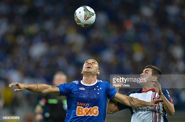 Nilton of Cruzeiro and Angel Correa of San Lorenzo battle for the ball during a match between Cruzeiro and San Lorenzo as part of Copa Bridgestone...