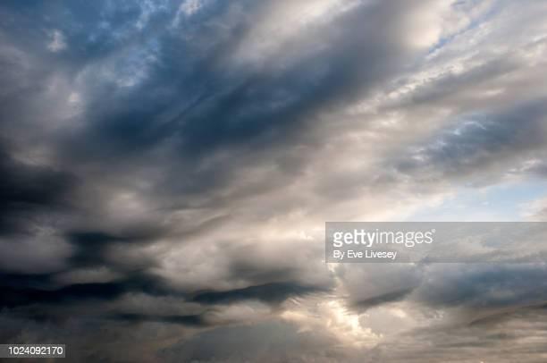 nimbostratus clouds - cielo variabile foto e immagini stock