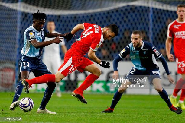 Nimes' French midfielder Antonin Bobichon vies for the ball with Le Havre's Zimbabwe Tino Kadewere during the French League Cup football match...