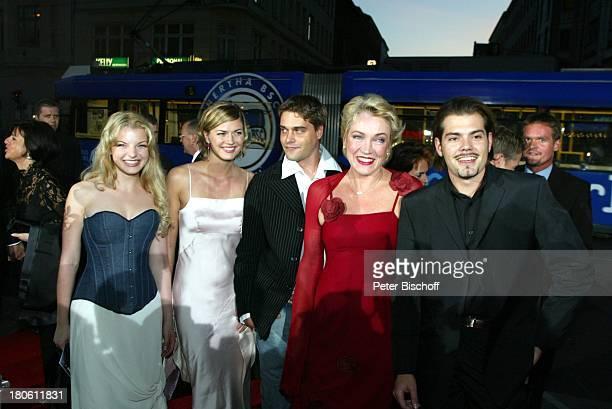 Nina Bott Yvonne Catterfeld Daniel Wiemer Lisa Riecken Daniel Fehlow Verleihung 'Goldene Henne 2002' Berlin Deutschland Europa 'Friedrichstadtpalast'...