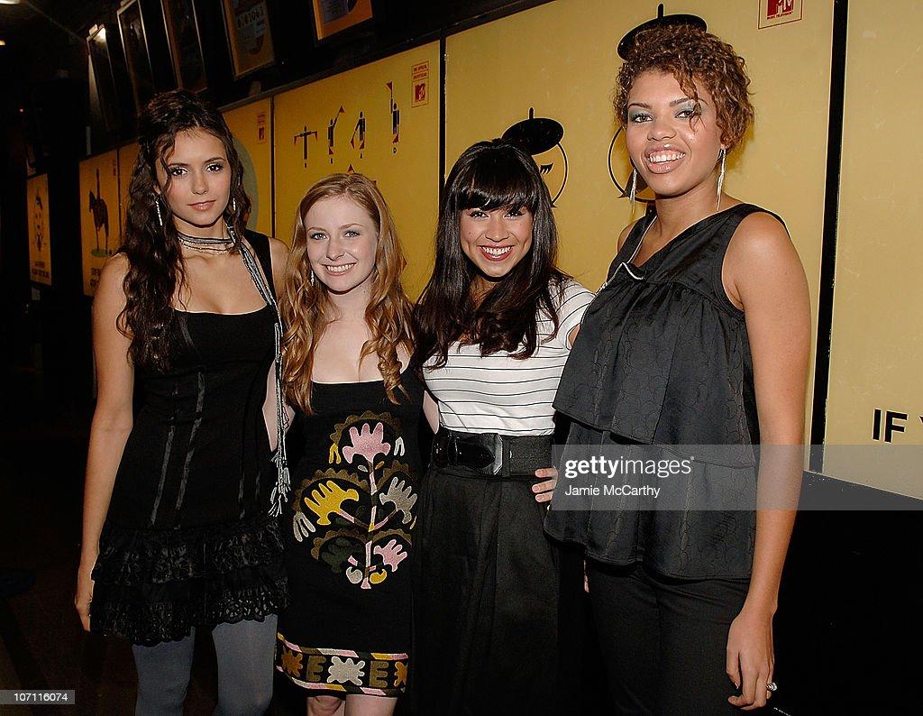 """Elizabeth Banks,Nastia Liukin and the Cast of """"Degrassi"""" Visit MTV's """"TRL"""" - October 14, 2008 : Foto jornalística"""