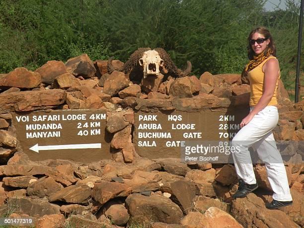 Nina Langer am Wegweiser SafariAusflug vom S e v e r i n S a f a r i C a m p Tsavo West Nationalpark KitaniRegion zwischen Mombasa und Nairobi Kenia...