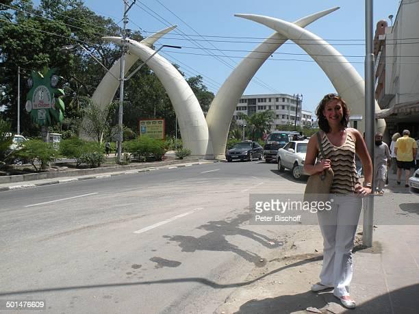 Nina Langer Mombasa Nordküste Kenia Afrika Urlaub Stoßzähne Wahrzeichen Freundin Promi BB CD PNr 2168/2008