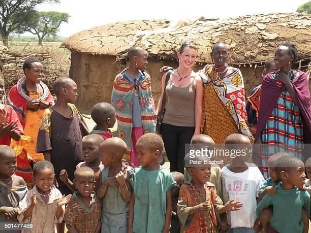 Nina Langer und Einheimische NaileluMassaiDorf außerhalb vom Tsavo West Nationalpark KitaniRegion zwischen Mombasa und Nairobi Kenia Afrika Urlaub...