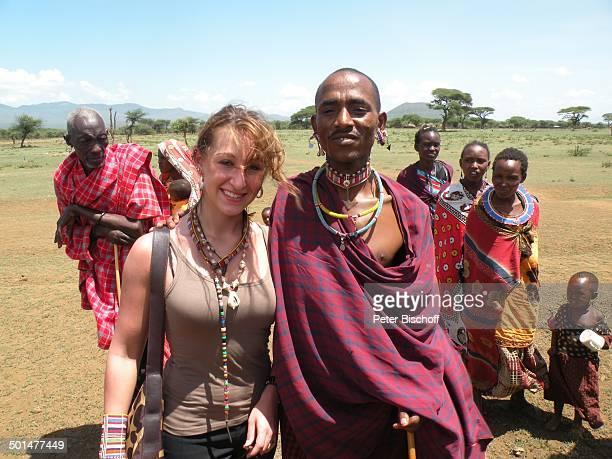 Nina Langer und Einheimischer NaileluMassaiDorf außerhalb vom Tsavo West Nationalpark KitaniRegion zwischen Mombasa und Nairobi Kenia Afrika Urlaub...