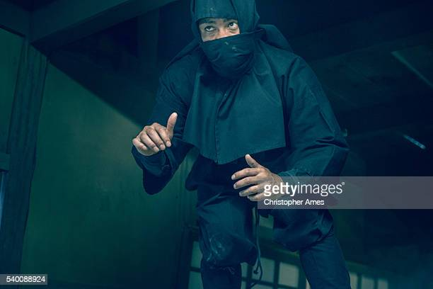 ninja en la sombra - ninja fotografías e imágenes de stock