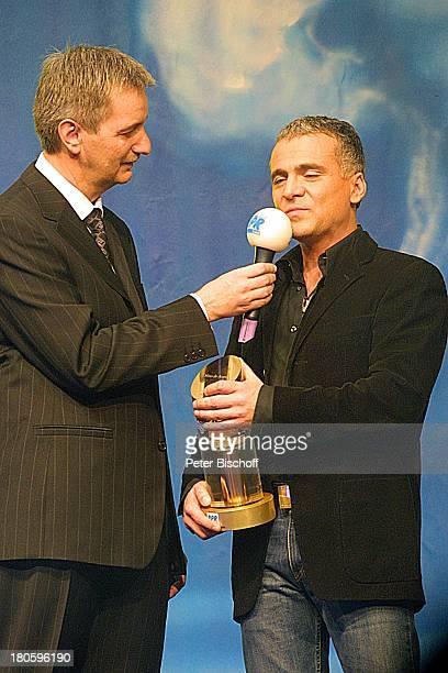 Nino de Angelo Reiner Meutsch Gala zur Verleihung des Internationalen Schlagerpreises von RPR 2Schlagerradio Ludwigshafen Bühne Auftritt Mikrofon...