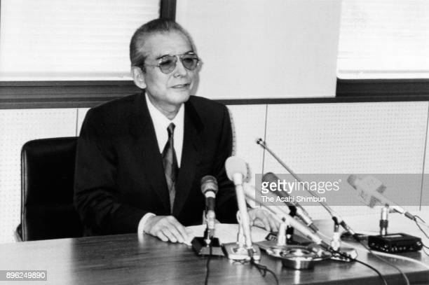 Nintendo President Hiroshi Yamauchi speaks during a press conference at the company headquarters on January 24 1992 in Kyoto Japan Nintendo announces...