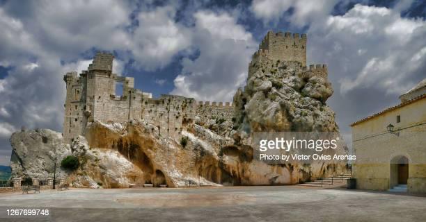 ninth century moorish castle of the village of zuheros seen from the top of the urban walls - victor ovies fotografías e imágenes de stock