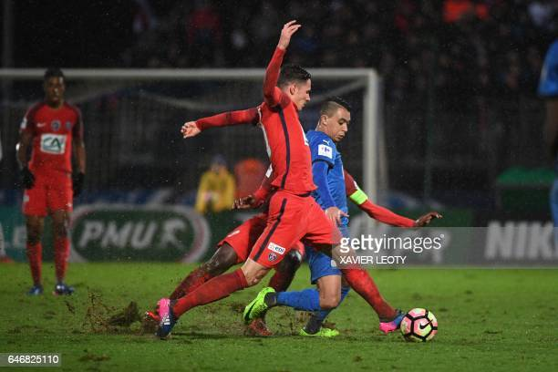 Niort's ZGrich Zakaria Grich vies with Paris Saint-Germain's German forward Julian Draxler during the French Cup football match between Niort and PSG...