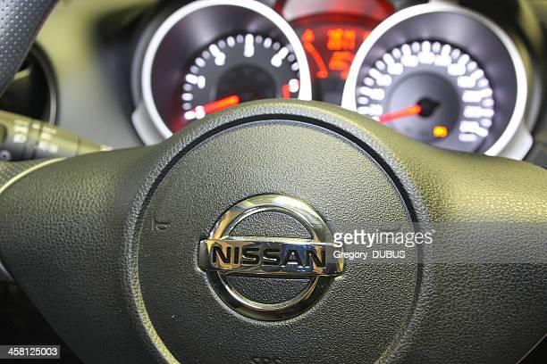 nissan com o logotipo em um carro de volante - nissan - fotografias e filmes do acervo