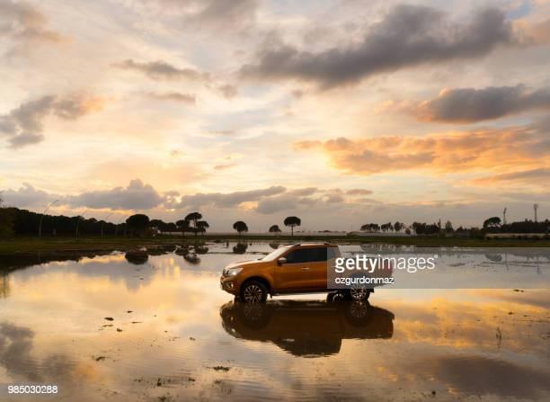 nissan np300 navara passando a lagoa - nissan - fotografias e filmes do acervo