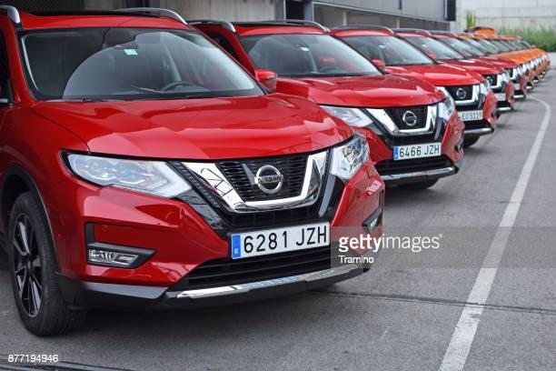 nissan x-trail veículos no estacionamento - nissan - fotografias e filmes do acervo